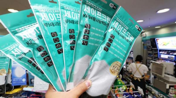 13일 서울 한 편의점에서 KF94, KF80 등 보건용 마스크가 판매되고 있다. ⓒ뉴시스