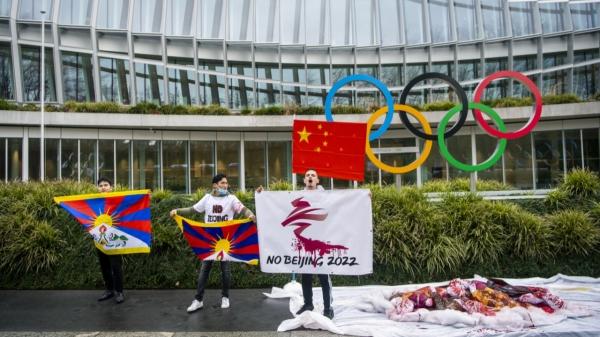 유럽 티베트 청년회 활동가들이 스위스 로잔 국제올림픽위원회(IOC) 본부 앞에서 2022 베이징 동계 올림픽에 반대하는 시위를 하고 있다. ⓒ베이징 동계 올림픽 보이콧 시위