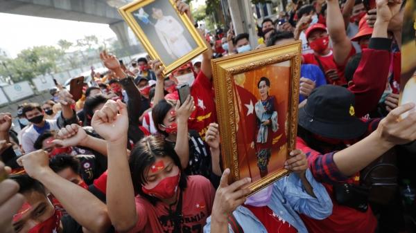 태국 거주 미얀마 사람들이 1일 방콕의 미얀마 대사관 앞에서 미얀마 지도자 아웅산 수치 국가 고문의 사진을 들고 시위하고 있다. ⓒAP/뉴시스