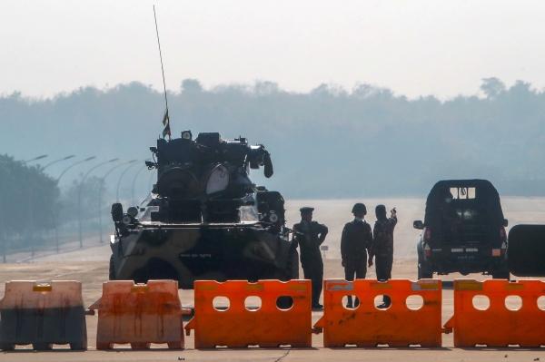 미얀마 군인들이 2일 네피토에서 국회의사당으로 통하는 도로를 장갑차와 바리케이드로 가로막고 경비하고 있다. ⓒAP/뉴시스·여성신문