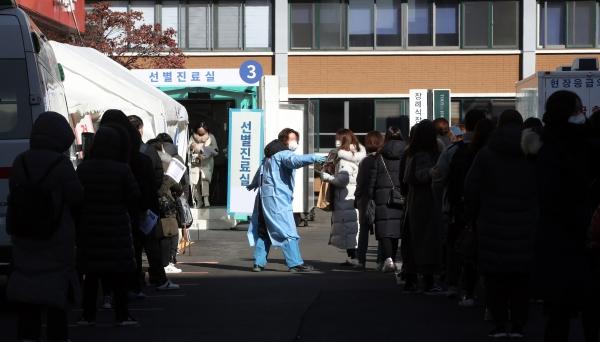 사흘 연속 신종 코로나바이러스 감염증(코로나19) 신규 확진자가 300명대를 유지한 2일 오전 서울 중구 국립중앙의료원에 마련된 선별진료소를 찾은 시민들이 진료를 기다리고 있다.