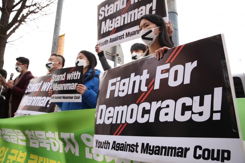 5일 오후 서울 용산구 한강진역 2번 출구 앞에서 세계시민선언은 '미얀마 시민들과 연대 선언 청년, 학생 침묵행진' 기자회견을 열었다. ⓒ홍수형 기자