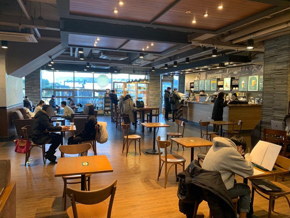 수도권 지역 카페와 실내 체육시설, 노래 연습장 등 다중이용시설 운영이 재개된 18일 서울 서대문구 한 카페에서 시민들이 매장에 앉아 커피를 마시고 있다. ⓒ홍수형 기자