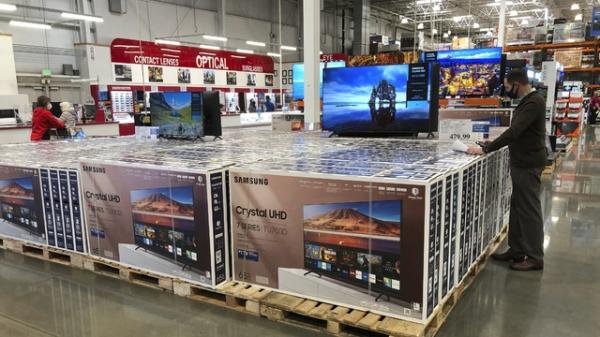 2020년 11월 10일 미국 콜로라도주 셰리단 코스트코에 서 한 남성이 삼성 65인치 TV를 살펴보고 있다. ⓒAP/뉴시스