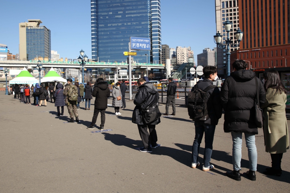 8일 오후 서울 중구 서울역에 마련된 선별진료소에서 검사 받기 위해 시민들이 긴줄을 서 있다. ⓒ홍수형 기자