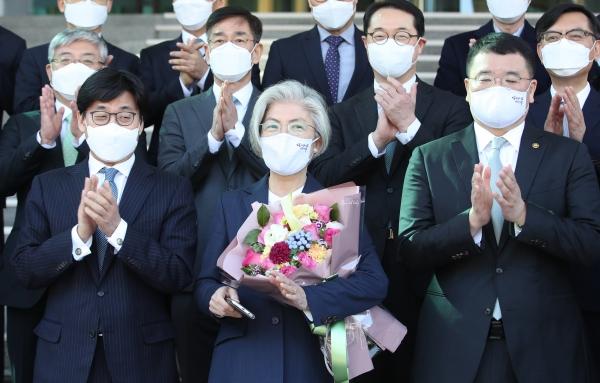 강경화 외교부 장관이 8일 오후 서울 종로구 외교부 청사에서 퇴임 기념촬영을 하고 있다. ⓒ여성신문·뉴시스
