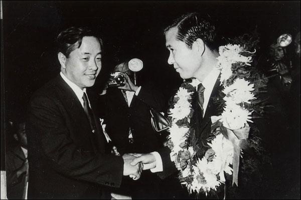 1970년 9월 신민당 임시전당대회에서 7대 대선 후보로 지명된 김대중과 이를 축하하는 김영삼 ⓒ김대중평화센터