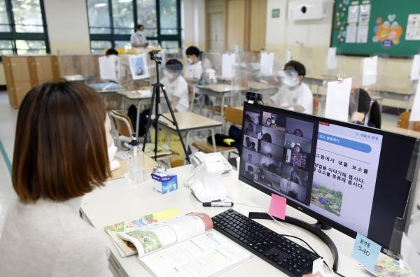 수도권 소재 유치원, 학교가 약3주간의 전면 원격수업을 마무리하고 등교를 재개한 21일 서울 화랑초등학교에서 대면, 비대면(원격) 수업이 동시에 진행되고 있다. 교육부에 따르면 21일부터 10월11일까지 수도권 유치원, 초등학교, 중학교는 3분의 1, 고등학교는 3분의 2 이내로 인원을 유지하고 등교한다. 수도권 코로나19 재확산으로 지난달 26일 전면 원격수업을 시작한 지 26일만이다. 2020.09.21.