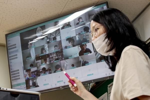 8월 26일 서울 송파구 보인고등학교 빈 교실에서 교사가 원격수업하고 있다. 코로나19 재확산으로 26일 현재 전국 6840개교가 등교를 중단, 원격수업으로 전환했다. Ⓒ뉴시스
