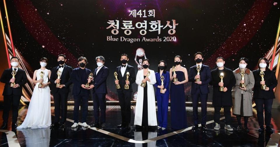 제41회 청룡영화상 시상식에서 수상자들이 포즈를 취하고있다. ⓒ뉴시스·여성신문