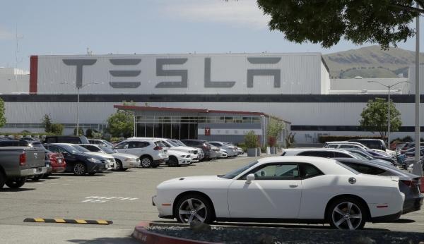 현지시간 11일 미국 캘리포니아주 프리몬트의 테슬라 자동차 공장에 주차된 차량이 보인다. ⓒAP/뉴시스