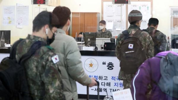 26일 서울 용산구 국군장병라운지 TMO에서 장병들이 승차권을 구입하고 있다. ⓒ뉴시스