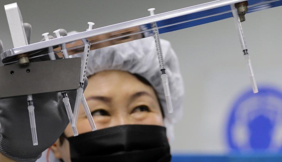 2일 충남 공주시 우성면 신아양행(주)에서 직원들이 코로나19 백신 접종에 사용할 '최소 잔여형 주사기'를 생산하기 위해 분주하게 움직이고 있다. ⓒ뉴시스