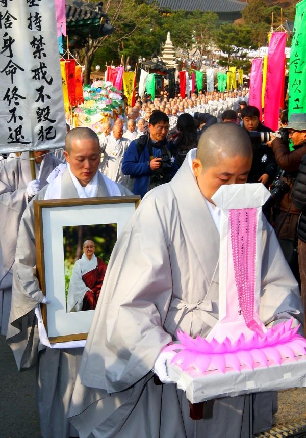 지난 2011년 12월 6일 현대 비구니교육의 요람 '봉녕사 비구니승가대학'을 건립한 묘엄스님의 영결식. ⓒ여성신문·뉴시스