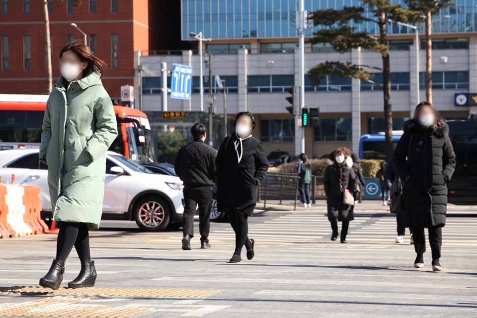 15일 오후 서울 중구 한 거리에서 시민들은 추위에 발걸음을 빠르게 옮기고 있다. ⓒ홍수형 기자
