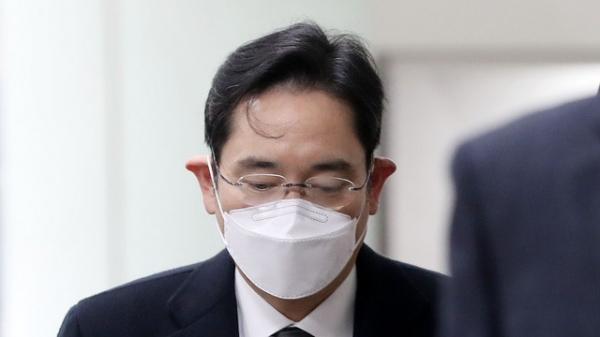 이재용 삼성전자 부회장이 18일 오후 서울 서초구 서울고등법원 국정논단 관련 파기환송심 선고 공판에 출석하고 있다. 이 부회장은 이날 실형을 선고 받고 법정 구속됐다. ⓒ뉴시스