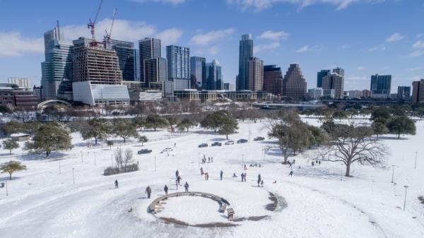 현지시간 15일 미 텍사스주 오스틴의 버틀러 공원에서 시민들이 눈을 즐기고 있다. ⓒAP/뉴시스