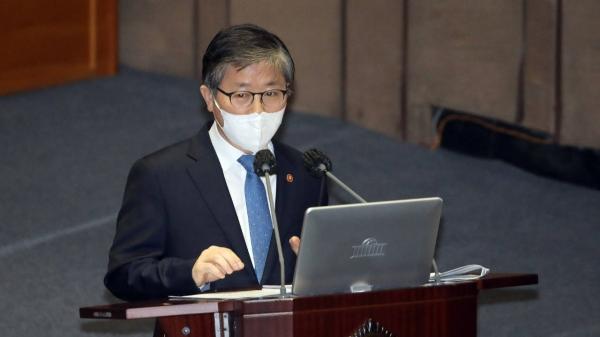 변창흠 국토교통부 장관이 5일 오후 서울 여의도 국회에서 열린 본회의 대정부질문에서 질의에 답변하고 있다. ⓒ뉴시스