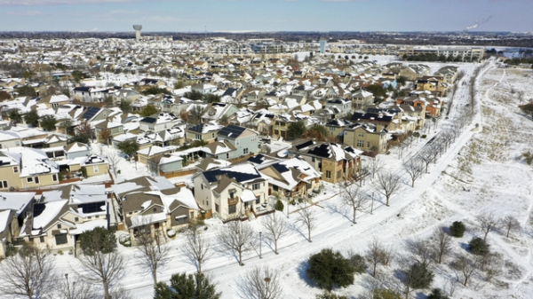 현지시간 15일 미국 텍사스주 오스틴의 한 주택가가 눈에 덮여 있다. ⓒ AP/뉴시스