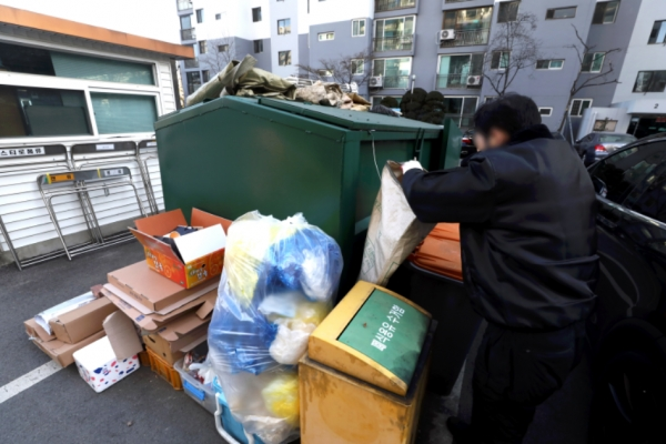 경비원 등 아파트 노동자에 대한 갑질을 금지하는 내용을 담은 공동주택 관리법 시행령 개정안이 공포·시행된 5일 서울 시내의 한 아파트 단지에서 경비원이 분리수거장을 정리하고 있다. ⓒ뉴시스·여성신문