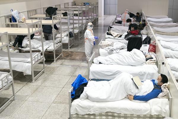 5일(현지시간) 중국 후베이성 우한의 한 전시장을 개조한 임시병원에 신종 코로나바이러스 감염증(우한 폐렴) 환자들이 입원해 있다. 현지 관계자는 우한시에서 전시장을 개조한, 1600병상 규모의 첫 임시 병원이 신종 코로나 환자를 받기 시작했다고 전했다. ⓒ뉴시스·여성신문