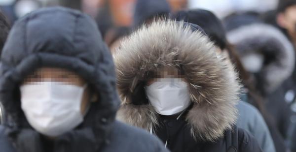한파주의보가 내려진 15일 오전 서울 중구 시청역 인근에서 시민들이 출근길 발걸음을 재촉하고 있다. ⓒ뉴시스·여성신문