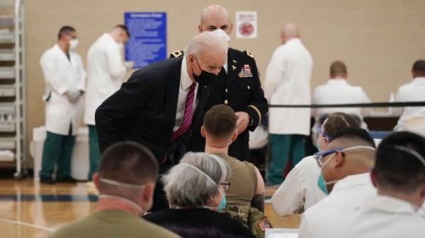 현지시간 29일 조 바이든 미국 대통령이 메릴랜드주 베세즈다 월터리드국립군병원에 있는 코로나19 백신 센터를 방문해 몸을 숙인 채 군인과 대화하고 있다. ⓒAP/뉴시스