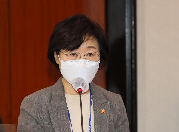 정영애 여성가족부 장관이 18일 서울 여의도 국회에서 열린 여성가족위원회 전체회의에서 법률안 통과에 대한 정부측 인사말을 하고 있다. ⓒ여성신문·뉴시스