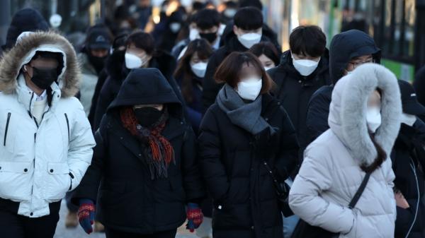 8일 오전 서울 구로구 구로디지털단지역 사거리에 시민들이 두터운 옷을 입고 출근길을 재촉하고 있다. ⓒ뉴시스