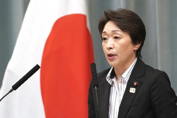 일본 정부가 신종 코로나바이러스 감염증(코로나19)으로 2020 도쿄 올림픽 개최를 연기할 수도 있음을 시사했다. 하시모토 세이코 일본 올림픽 주무장관은 3일 참의원 질의응답에서 올림픽 경기가 연내에 개최될 수 있으며 그것은 7월 24일에 시작하지 않을 수도 있음을 암시했다. 사진은 지난해 9월 11일 올림픽 주무장관에 임명된 하시모토 장관이 총리공관에서 연설하는 모습. ⓒ뉴시스·여성신문