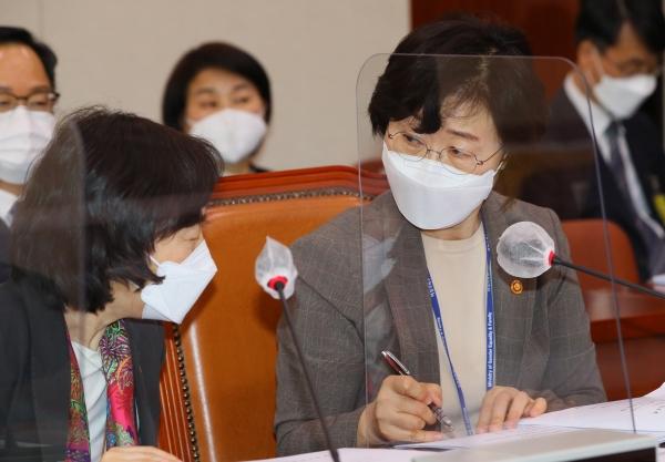 정영애 여성가족부 장관(오른쪽)과 김경선 차관이 18일 서울 여의도 국회에서 열린 여성가족위원회 전체회의에 출석해 논의하고 있다. ⓒ여성신문·뉴시스