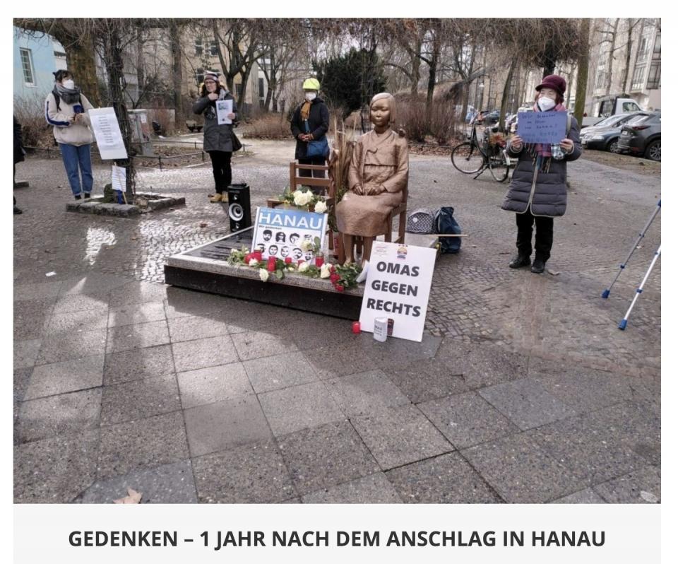 극우주의에 반대하는 '오마스 게겐 레히츠' 단체 활동가 할머니들이 19일 베를린 평화의 소녀상 앞에 모여 극우 테러 희생자를 추모하고 평화의 소녀상 영구 존치를 재차 요청했다. ⓒ오마스 게겐 레히츠 홈페이지 갈무리