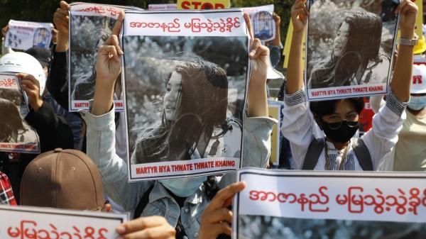 지난 14일 만달레이 대학 졸업생들이 만달레이에서 군경의 총격에 숨진 여성의 사진을 들고 시위하고 있다. ⓒAP/뉴시스
