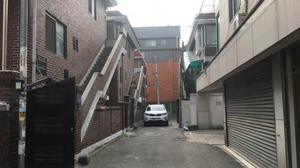서울 지하철 6호선 망원역에서 걸어서 10분, 먹자골목과 전통시장을 지나 골목으로 들어가면 나오는 오래된 다가구 주택. 그 2층에 31살 동갑내기 커플 재휘∙진솔(가명)의 보금자리가 있다. ⓒ재휘∙진솔