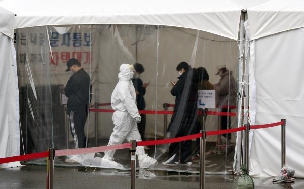 14일 대구 수성구 보건소 코로나19 선별진료소에서 시민들이 검사를 받기 위해 줄을 서 기다리고 있다. ⓒ뉴시스·여성신문