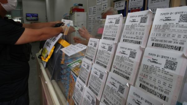 17일 오후 서울시내 한 복권방에서 시민들이 복권을 사고 있다. ⓒ뉴시스