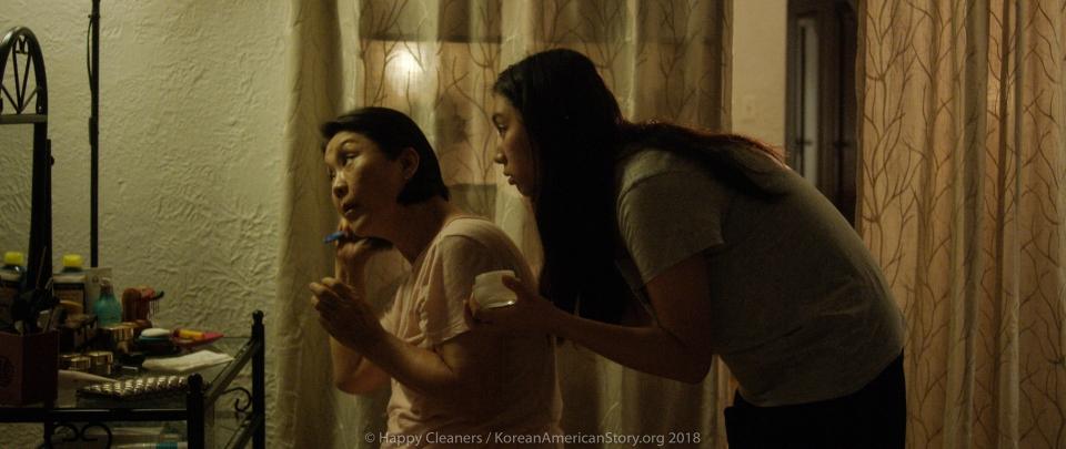 영화 '해피 클리너스(2019)' 스틸컷. 임향화 씨는 한인 이민가정의 어머니 역을 맡았다. ⓒKorean American Story
