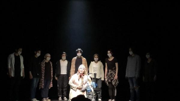 '달아 달아 밝은 달아'(2020)에서 눈먼 심청 역을 맡은 임향화 씨(중앙)가 다른 배우들과 함께 포즈를 취한 모습.  ⓒ공연제작센터