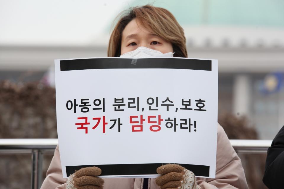 11일 오후 서울 여의도 국회의사당 정문 앞에서 신현영 더불어민주당 의원과 아동인권단체 외 38 단체가 '아동의 죽음, 보건복지부장관과 경찰청장에게 묻는다' 기자회견을 열었다. ⓒ홍수형 기자