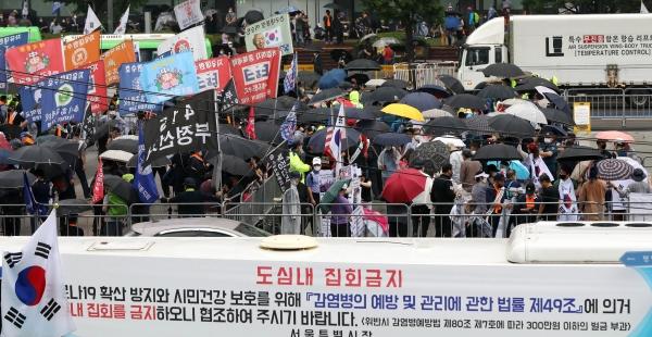 보수단체 집회 참가자들이 15일 오전 서울 종로구 광화문광장에서 8·15 광복절 맞아 집회를 하고 있다.