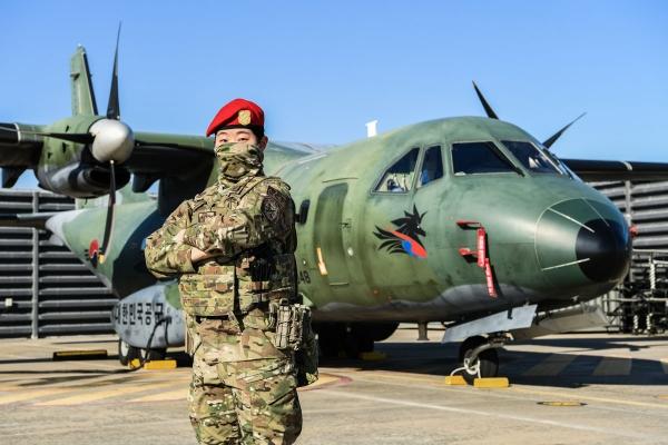 공군 제5공중기동비행단은 최근 '2021-1차 공정통제사 수료식'을 가진 이윤지 하사가 여군 최초 공정통제사가 됐다고 22일 밝혔다. ⓒ공군 제5공중기동비행단