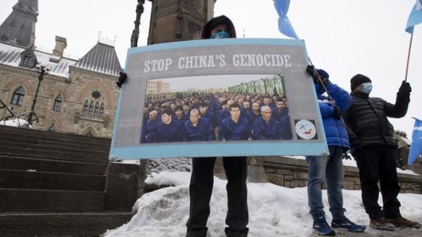 현지시간 22일 캐나다 온타리오 국회의사당 밖에 중국을 비판하는 시위대가 모여있다. ⓒAP/뉴시스