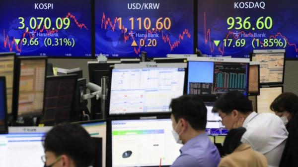 23일 오후 서울 중구 하나은행 딜링룸에서 딜러들이 업무를 보고 있다. 이날 코스피는 전 거래일(3079.75)보다 9.66포인트(0.31%) 내린 3070.09에 마감했다. ⓒ뉴시스