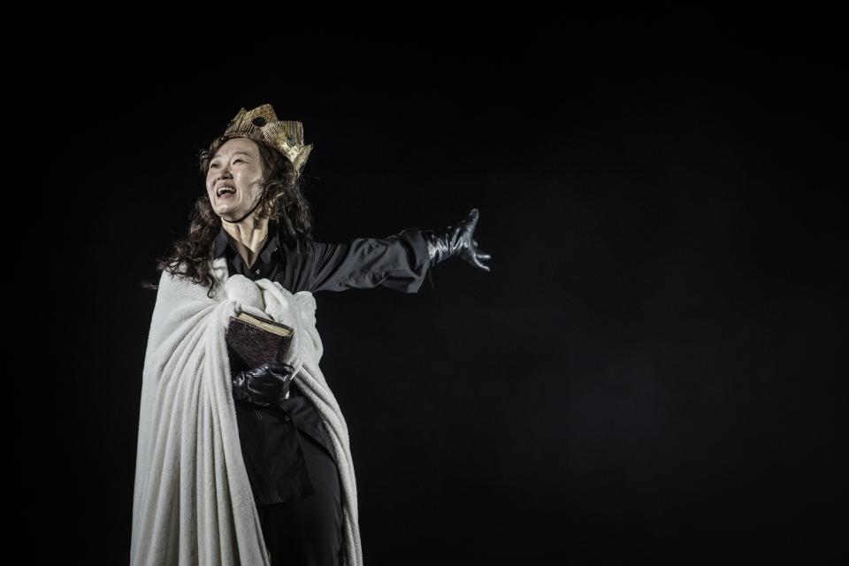 국립극단 온라인 극장에서 선보이는 '햄릿'의 주인공 '햄릿' 역을 맡은 배우 이봉련 씨. ⓒ국립극단