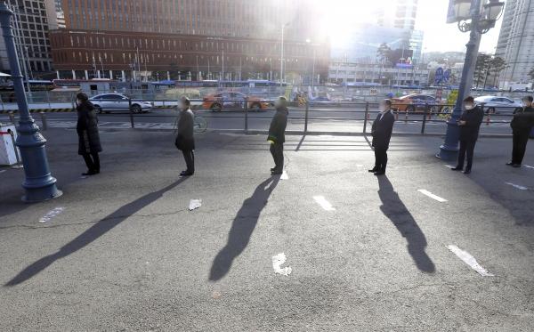 코로나19 신규 확진자가 오전8시 기준 357명으로 이틀 연속 3백명대를 보인 23일 서울역 임시선별진료소를 찾은 시민이 검사를 위해 줄을 서고 있다.