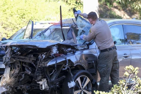 [로스앤젤레스=AP/뉴시스]미 프로골퍼 타이거 우즈가 타고 있던 차량이 23일(현지시간) 미 캘리포니아주 로스앤젤레스 카운티 란초 팔로스 베르데스 인근에서 전복돼 한 경찰관이 사고 차량인 제네시스 GV80을 살펴보고 있다. 우즈는 이 사고로 다리를 다쳐 병원으로 이송돼 수술을 받고 있다고 그의 매니저 마크 스타인버그가 밝혔다.