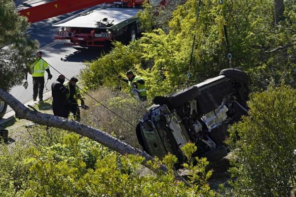 [로스앤젤레스=AP/뉴시스]미 프로골프선수 타이거 우즈가 타고 있던 차량이 23일(현지시간) 미 캘리포니아주 로스앤젤레스 카운티 란초 팔로스 베르데스 인근에서 전복돼 작업자들이 이를 옮기고 있다.
