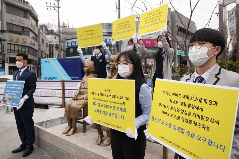 25일 오전 서울 성북구 평화의소녀상 앞에서 계성고등학교 학생들과 성북구청장은 '하버드 램지어 교수 규탄' 기자회견을 열었다. ⓒ홍수형 기자