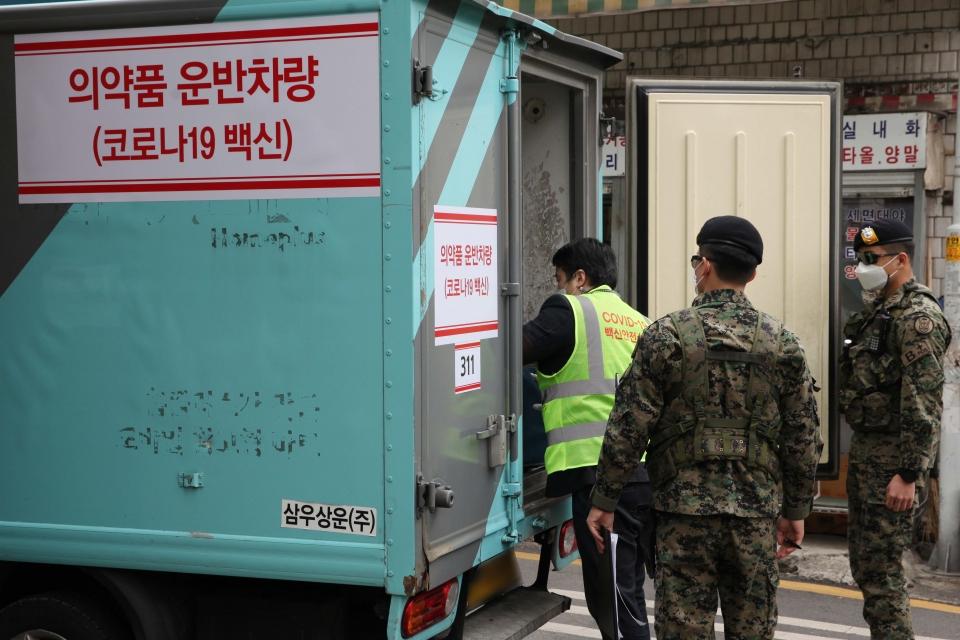 25일 오후 서울 영등포구 신화요양병원에는 코로나19 백신이 운반되고 있다. ⓒ홍수형 기자