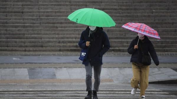 21일 오후 서울 종로구 세종문화회관 앞에서 우산을 쓴 시민들이 걷고 있다. ⓒ뉴시스